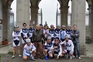 Al centro si riconosce Imerio Massignan, l'eroe del Gavia, in compagnia del Ciclo Club Imbriani