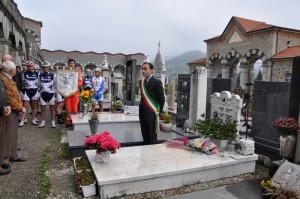 La visita alla tomba di Bruno Raschi, ospitata al cimitero di Borgotaro