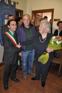 La sorella Anna Raschi stringe la mano al sindaco Diego Rossi, in occasione della inaugurazione del busto dedicato a Raschi.