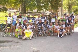 La foto di gruppo all'arrivo di Tarsogno: al centro si nota la bici di Pietro Coppini